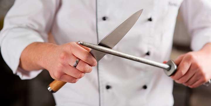 Sazón Sula | Chef con cuchillo y chaira