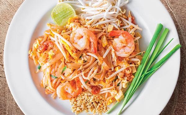 Pad Thai de camarón comida tailandesa de manos hondureñas