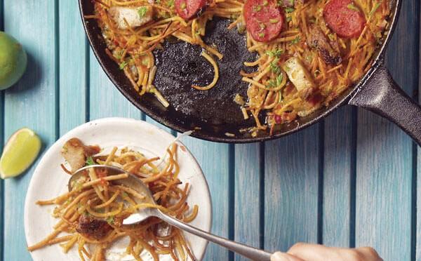 Fideuá un plato típico de Valencia muy similar a la Paella