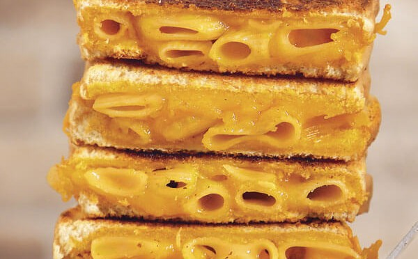 Mac & cheese sandwich pasta de queso hecha cómo sandwich