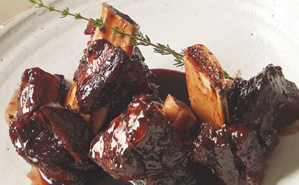 Costillas de res y macarrones una deliciosa combinación de sabores