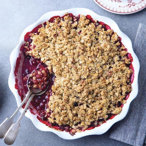 Berry Crumble postre dulce de blueberry, fresas y moras