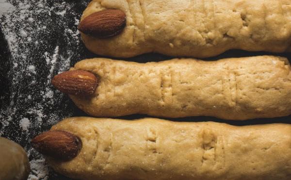 Palitos de calabaza y parmesano dedos de bruja en Halloween
