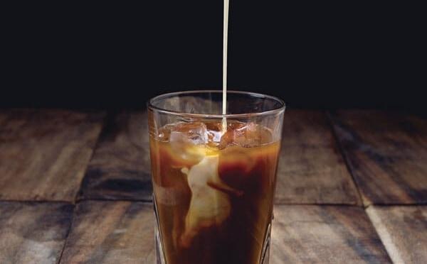 Icechino el café dulce con leche y chocolate con hielo