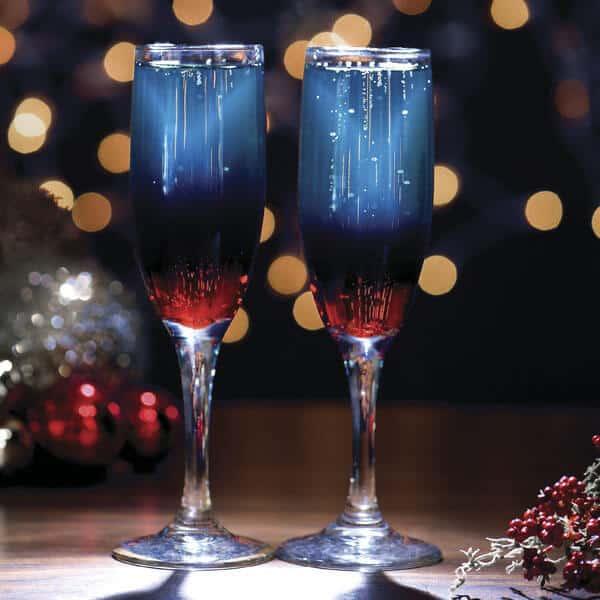 Cóctel de año nuevo mezcla de vino con blue caracao y cereza