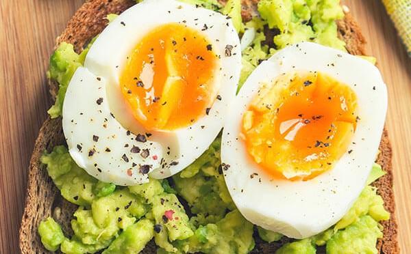 Tostada de aguacate y huevo un desayuno saludable y delicioso