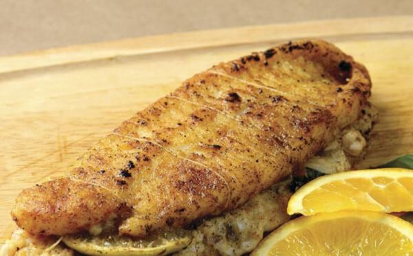 Pescado relleno con salsa bechamel como plato principal