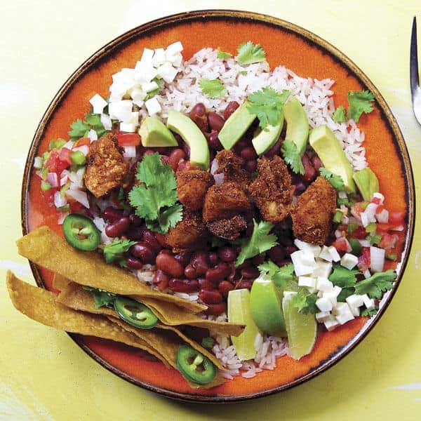 Chifrijo plato típico de Costa Rica, frijoles con chicharrón y vegetales