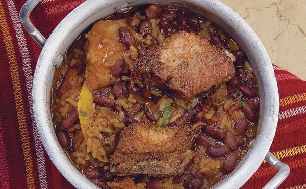 Guacho plato típico de Panamá frijoles con costilla de cerdo
