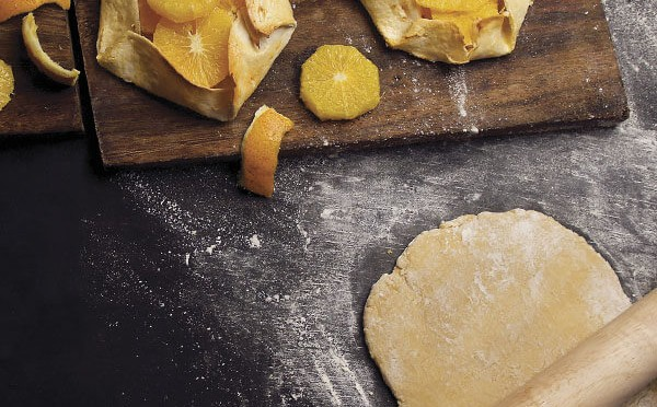 Tartaleta de naranja como postre después de la cena de navidad en familia