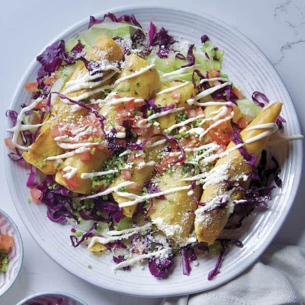 Prepara deliciosos taquitos fritos caseros con esta receta de cocina